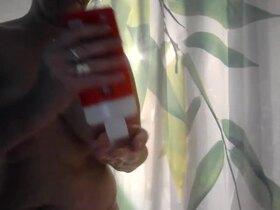 Videos de la sextape de Sophie007, Je me douche
